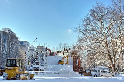 雪まつりの準備進んでいます。ショベルカーまで参加して、工事みたい。上にあるのはどうやっておろすんでしょう?