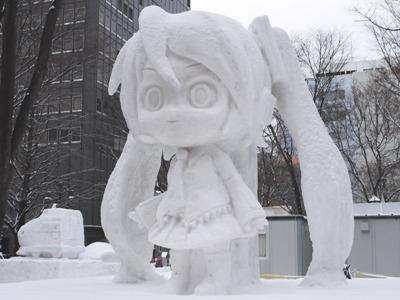 期間中の雪像はメンテナンスが必要です、早朝やってます