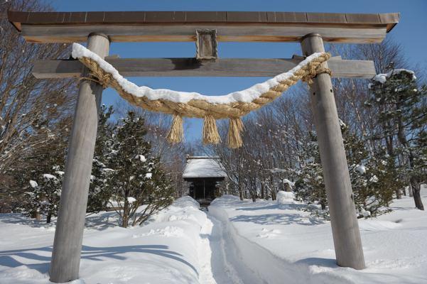 ちょっと時期ちがいですね。こんな神社は北海道でもよくあります。こういう神社の神主はどこにいるのでしょう?