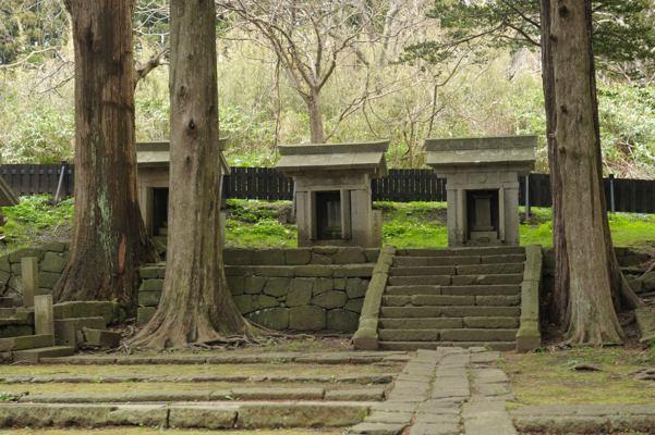 中にはお花を供えた墓もありました。「椿姫」のお墓でした
