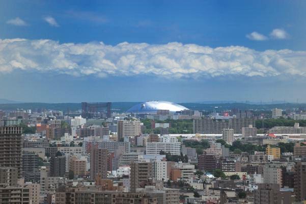 遠くに光る札幌ドームが異様です。SFのセットみたい