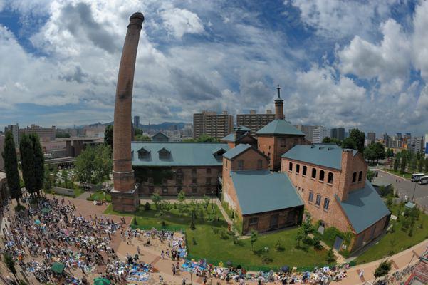 旧さっぽろビール工場、今はビール園と博物館。手前の人だかりはなぜかフリーマーケット