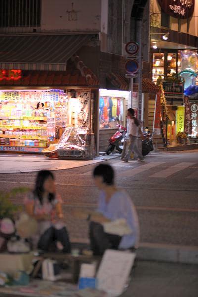 夜の国際通り。露天商が遅くまでアクセサリーとか売ってます