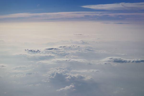 旅客機の窓から一眼レフで写真を撮るという行為はけっこうハズカしいものです。撮っているとフライトアテンダントのおねーサンが寄ってきました