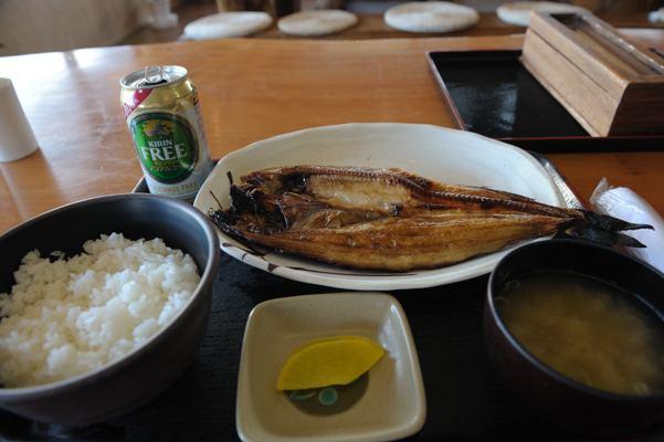 これで550円。時価?ちょっとパースついてライスと味噌汁が大きく見えますが、缶との比較で魚のサイズを推してください。