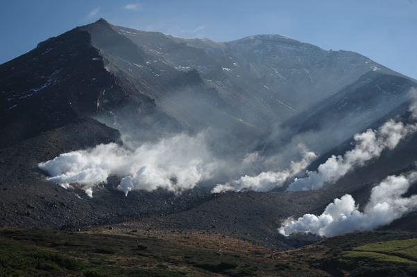 早朝の活火山。今頃は雪の中かな