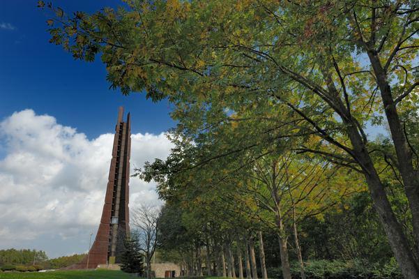 おとといに続いて百年記念塔。ちなみに記念塔が建っている場所はギリギリで札幌市です。ああ、空がわざとらしい