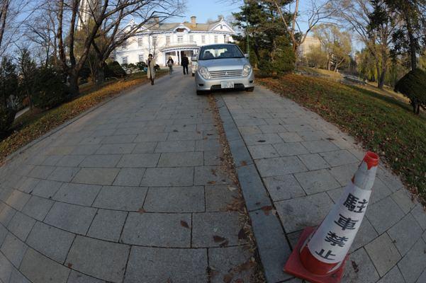 公園のこんなところに堂々と駐車。一人がやると右へならえが情けない