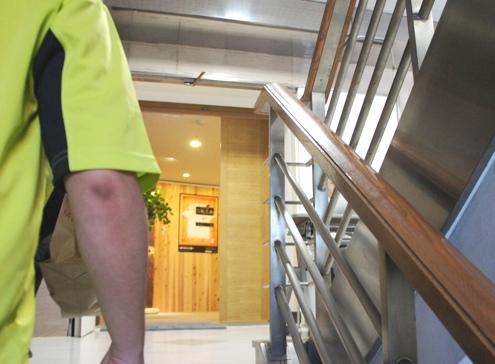 3)階段をあがると