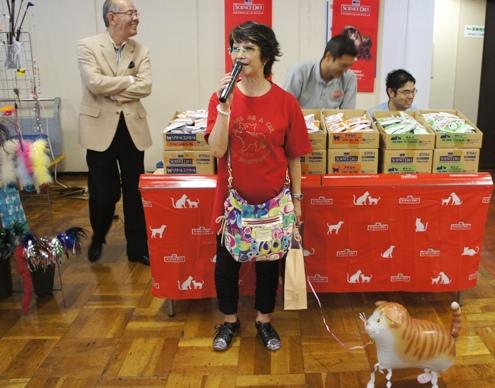 4.7)記念Tシャツ姿の小泉さん