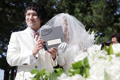 挙式 瓦の結婚証明書を披露