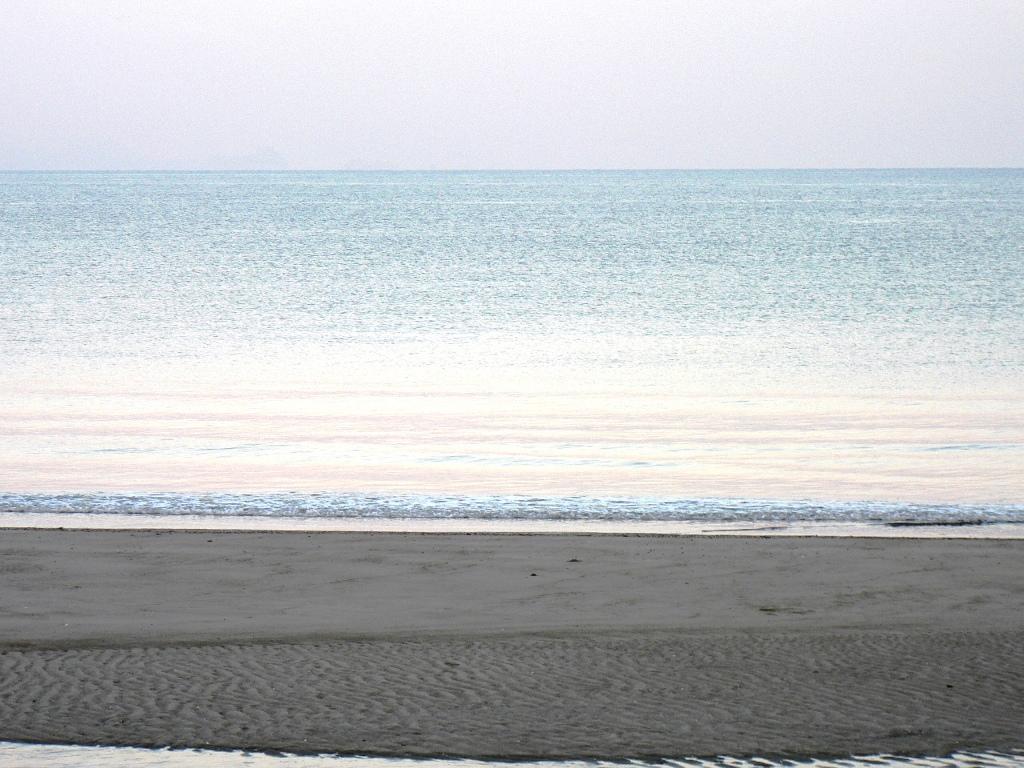 海・夜明けのホワイト