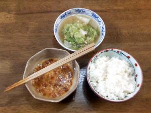 ご飯、鰹節卵、鶏肉と白菜の煮物