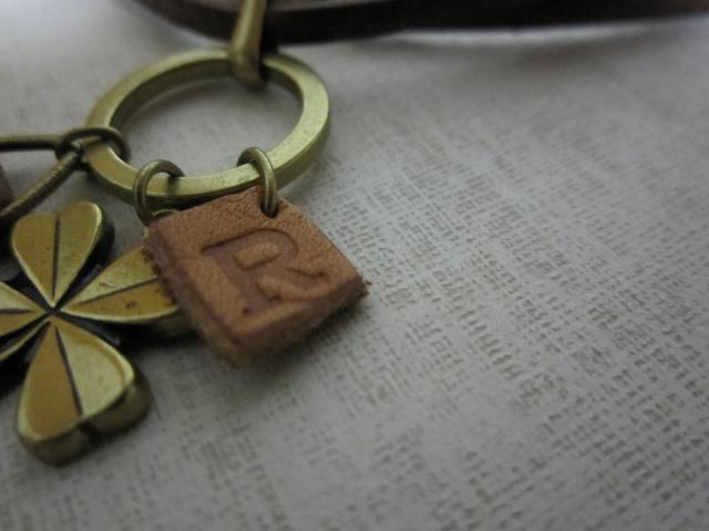 Rチャームのネックレス2
