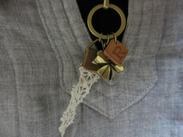 Rチャームのネックレス着画