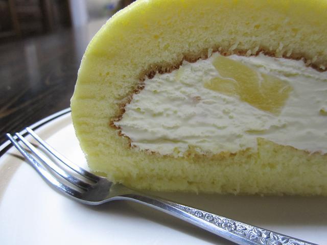パイン入りチーズクリームロールケーキ