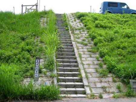 西区の真っ直ぐ階段