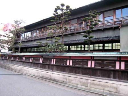 中村日赤付近 横に長い旅館風の建物