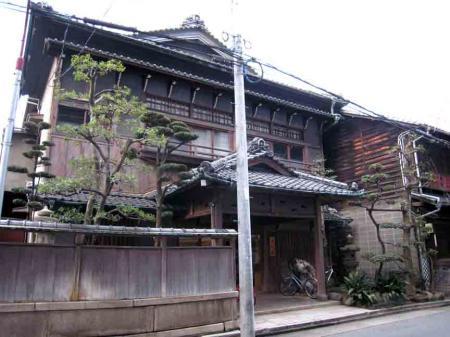 中村日赤付近 黒っぽい立派な建物