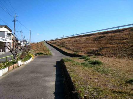 水分橋 堤防への真っ直ぐ坂