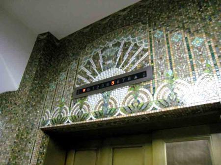 電通銀座ビル エレベーターの上アップ
