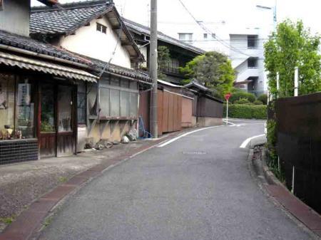 有松の古い建物の脇の坂道