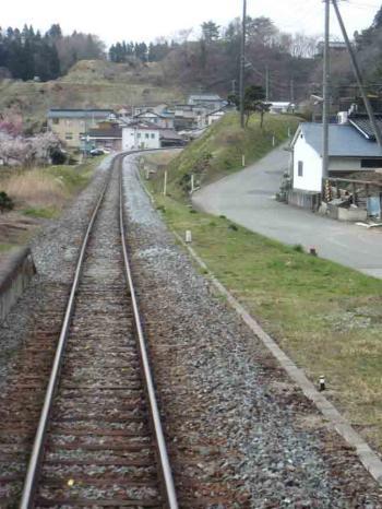 岩手 電車内から 線路と坂