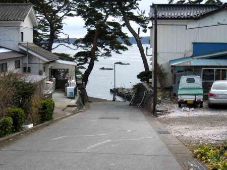 大船渡 道の奥に海