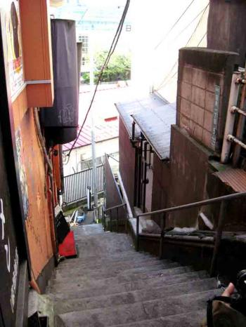 権之助坂商店の途中の階段坂