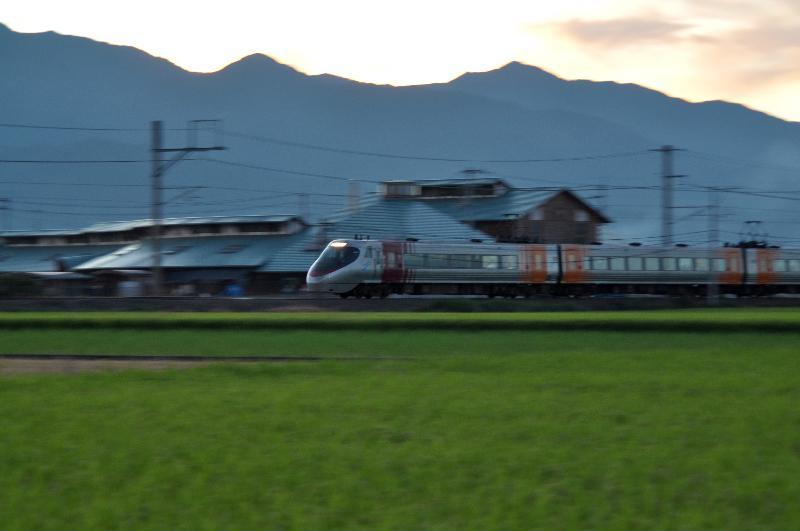 西条市石田 特急列車 夕景色