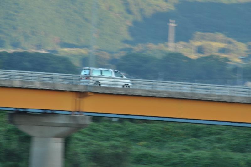 西条市 中山川大橋 走る車