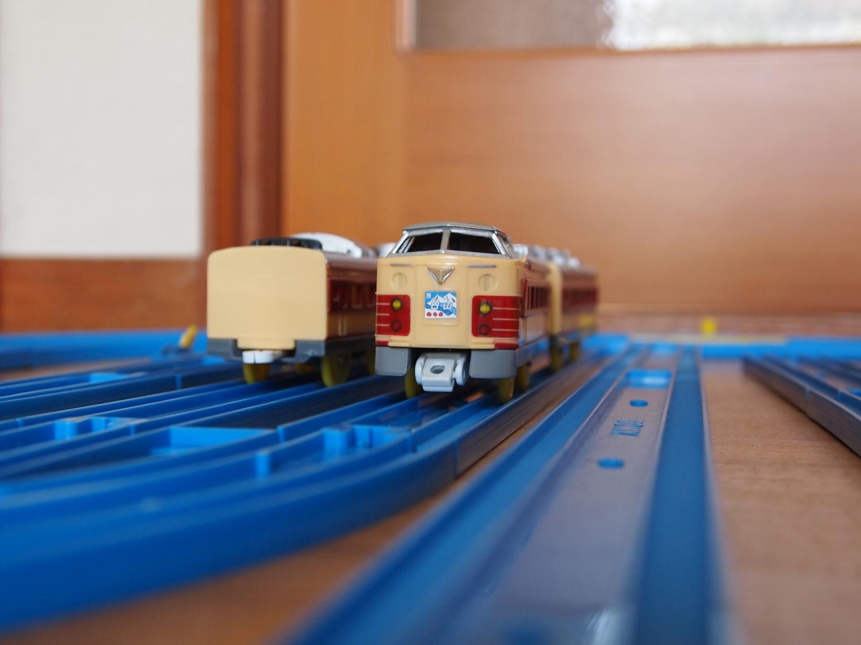 廃車・留置線で整備線への入庫を待つ489系白山