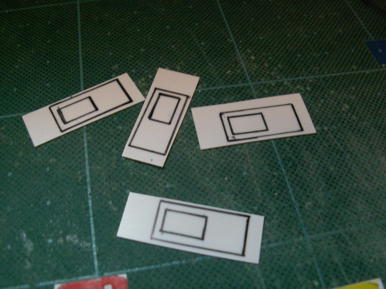 ドアの凹凸埋めの為にプラ板を切り出し