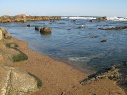 岩場のすき間の砂浜