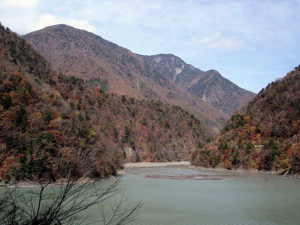 ①山奥の湖の上の吊橋