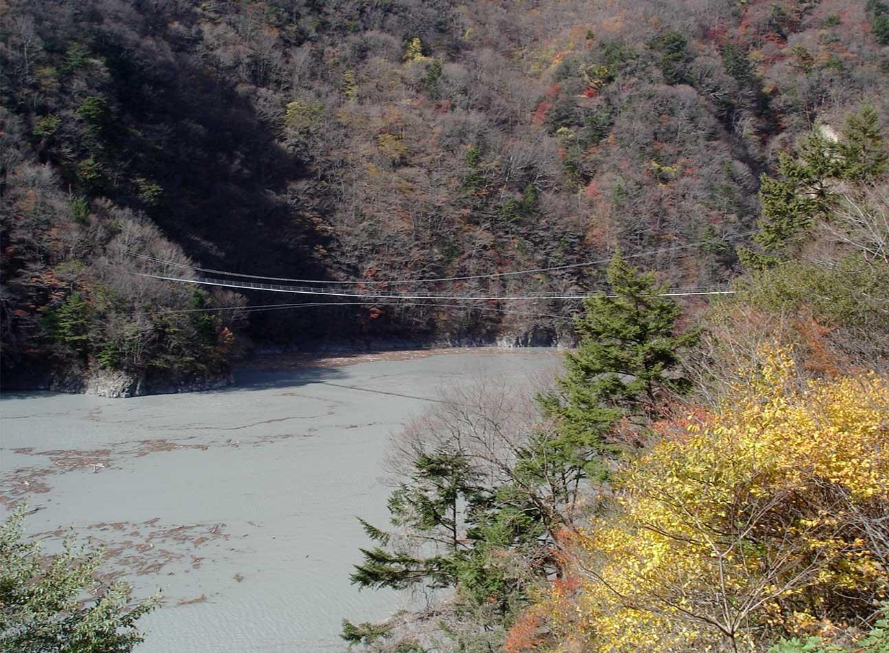 ②山奥の湖の上の吊橋(2)