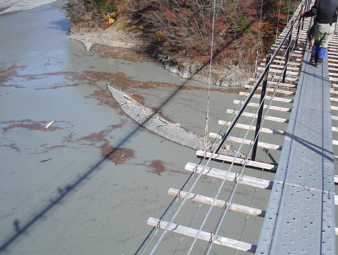 畑薙大吊橋26 湖面に写る姿