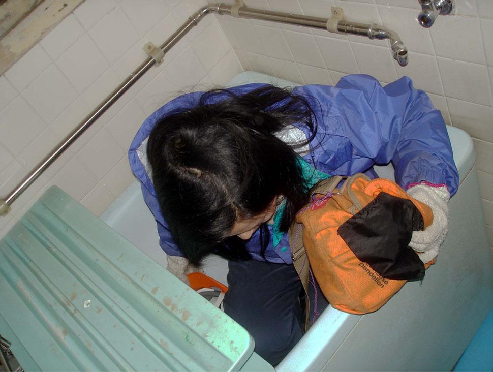 ⑯狭い浴槽にお疲れ様!
