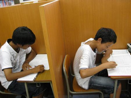 夏期講習受講中の間山くん(左)とその友人です♪