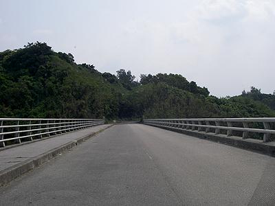 勝連の橋を渡る