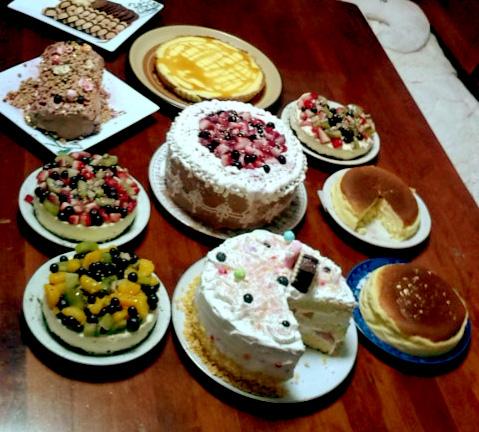 さぁ!ケーキが食べたくなくなるまで食べよ!!