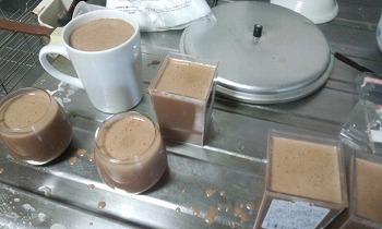 チョコレートミルクプリン 型に入れる