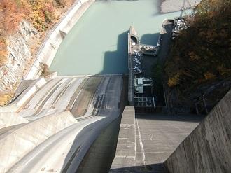 ダムの斜面…