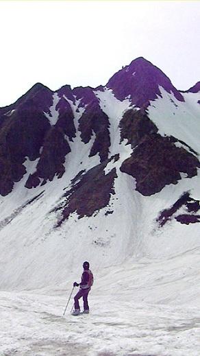 山を見上げる夫