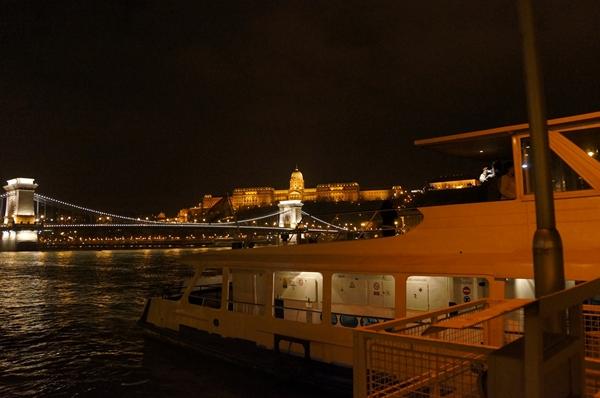 船と鎖橋と王宮