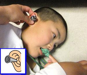 右耳に耳鏡を入れる