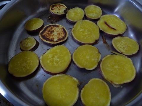 サツマイモを焼きます…