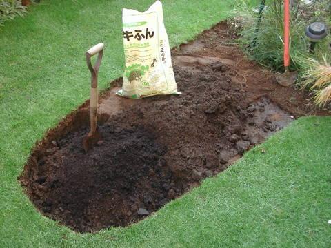 花壇の掘り返し(土壌改良)
