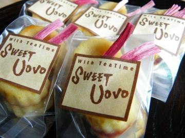 包装したスモモとチーズのカップケーキ