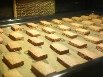 しょうがとはちみつ入りきなこクッキー 焼成中